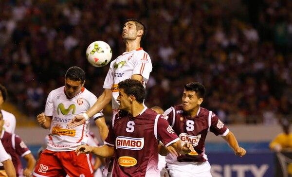 Daniel Colindres intenta ganar un balón ante la defensa del Real Estelí en el partido que disputó Saprissa este martes.