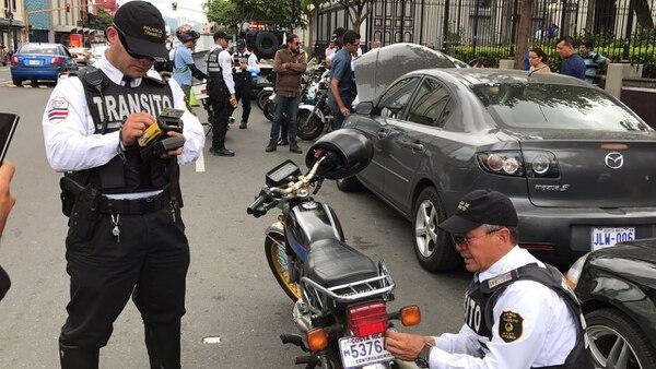 Oficiales de tránsito sorprendieron este viernes a conductores en la avenida segunda de San José, con un operativo para advertirlos de los cambios en la ley que les da nuevas potestades.