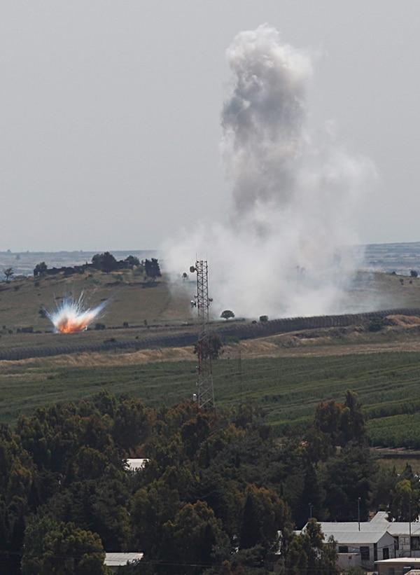Humo causado por bombardeos del Ejército sirio, leal al presidente Bashar al-Asad, en el pueblo de Kahtaniya, capturado por los rebeldes el 11 de mayo. El pueblo está ubicado cerca de la frontera entre Siria e Israel. | EFE