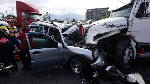 El camión rompió la malla divisoria de carriles y se pasó al carril donde venía el otro auto. Foto: cortesía