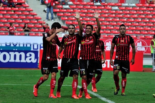 Los integrantes de Liga Deportiva Alajuelense celebraron el gol que dio el empate a dos tantos en el Súper Clásico 2013. Después, los manudos ganaron en los