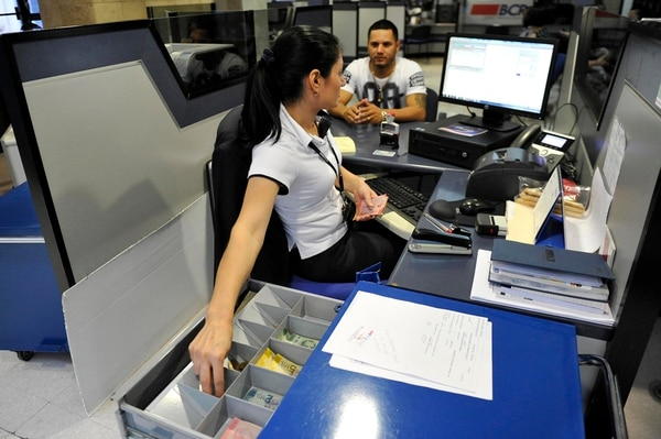 En las oficinas del Banco de Costa Rica (en la foto) se puede solicitar la apertura de una cuenta simplificada.   MELISSA FERNÁNDEZ