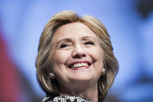 """Clinton escribió en su nuevo libro que dado que el régimen de Castro presentó un """"muro de piedra"""", ella y Obama decidieron apelar directamente al pueblo cubano."""