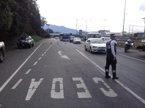 Oficiales de Tránsito realizaron opertaivo en la autopista Florencio del Castillo el 1.° de enero. Foto suministrada por Keyna Calderón