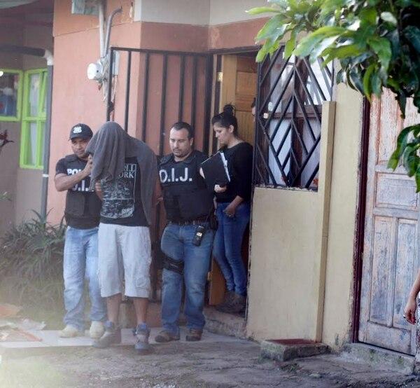 A las 6 a. m. los agentes judiciales de Heredia allanaron la casa del sospechoso y lo sacaron esposado hacia la Fiscalía.