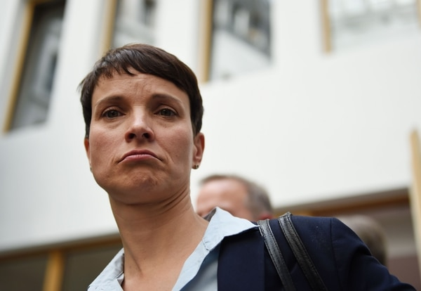 Frauke Petry, líder del partido Alternativa para Alemania (AfD), Frauke Petry, a la salida de una comferencia de prensa, el lunes, en Berlín.