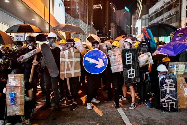 Manifestantes usaron escudos improvisados durante los enfrentamientos con la Policía en una protesta contra un controvertido proyecto de ley de extradición, en Hong Kong, el 28 de julio del 2019.