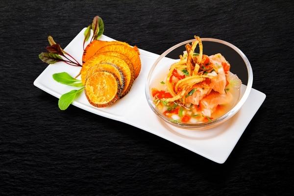 Dentro de las novedades destaca el ceviche de salmón que sorprende con sus chips de pejibaye y jugo de naranja. Tsunami Sushi para LN