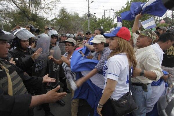Campesinos y policías se encararon el 22 de abril del 2017 en el puente La Tonga, en la entrada a la ciudad de Juigalpa.