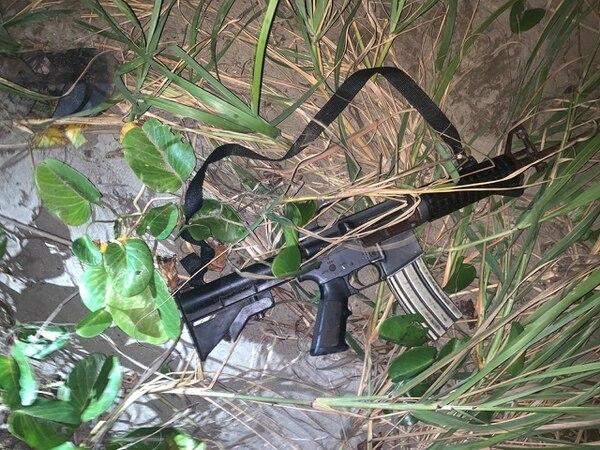 Fusil AR-15 decomisado por las autoridades en el sitio. Foto: MSP
