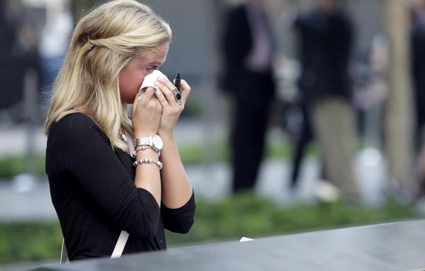 Kayla Fallon, hija de una víctima que perdió la vida en los atentados del 11 de septiembre de 2001, William Fallon, llora su muerte en la cara norte del memorial de la Zona Cero que recuerda a las víctimas de los atentados en las Torres Gemelas.