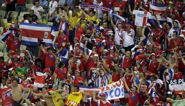 La afición tica presente en el Arena Castelão en Fortaleza celebró en grande el triunfo de Costa Rica 1-3 sobre Uruguay. | AP