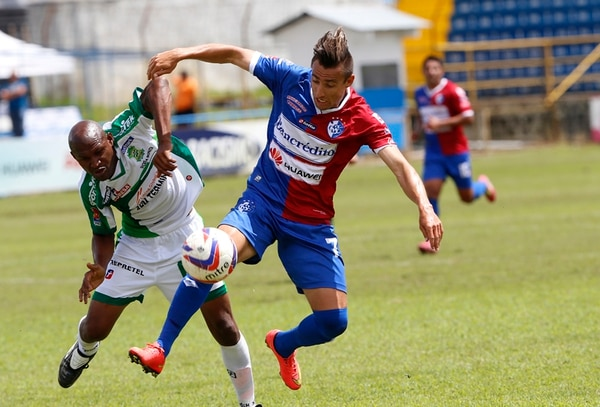 El brumoso Paolo Jiménez le gana un balón al experimentado jugador limonense Ricardo Harris en el Estadio Fello Meza. Cartaginés apenas triunfó por la mínima ante Limón FC que terminó con dos expulsados. | RAFAEL PACHECO