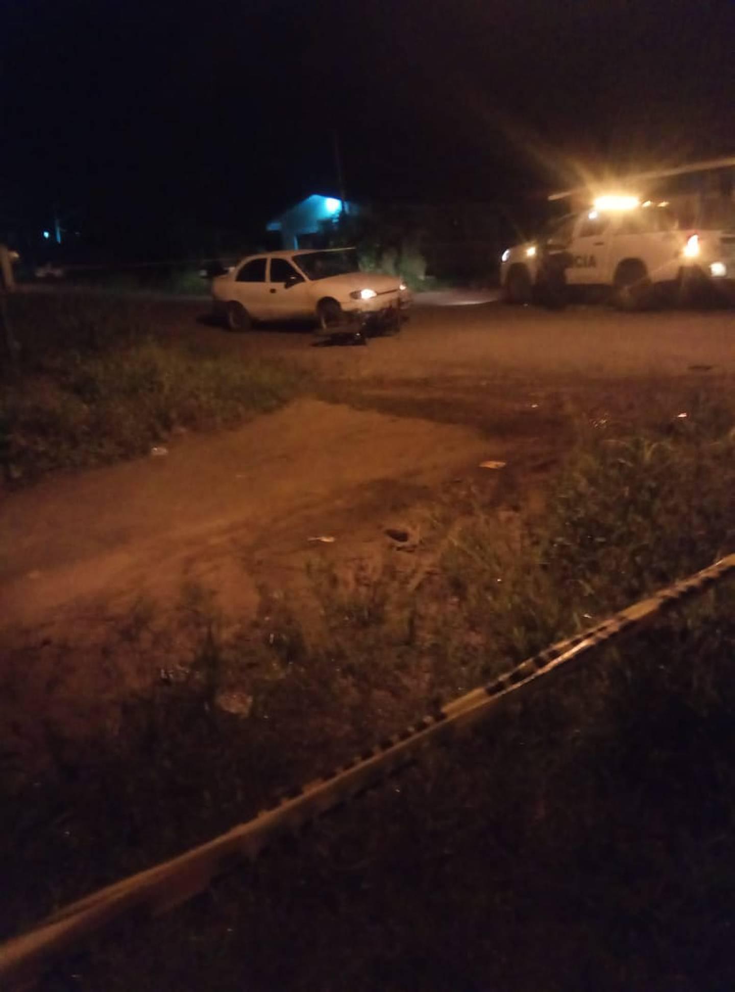 El sospechoso iba en fuga en el automóvil blanco cuando chocó contra una moto, por lo que fue detenido por la Fuerza Pública. Foto: Edgar Chinchilla.