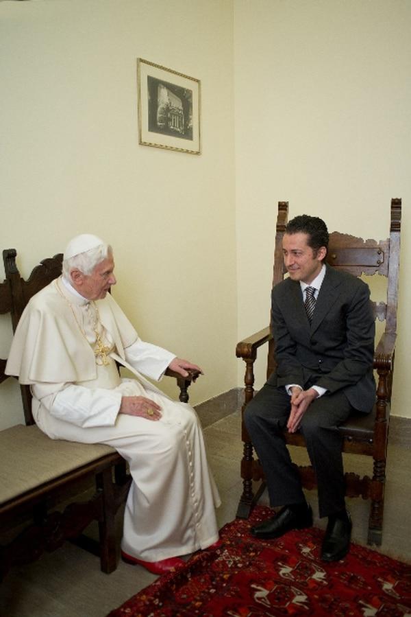 Benedicto XVI fue personalmente ayer a comunicarle a Paolo Gabriele (der.) su liberación. Dos días antes de Navidad, hablaron 15 minutos. | AFP.