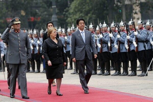 La presidenta de Chile, Michelle Bachelet (izq.), recibió al primer ministro de Japón, Shinzo Abe (der.), este jueves, en la Plaza de la Constitución, a la afueras del Palacio de La Moneda en Santiago de Chile.