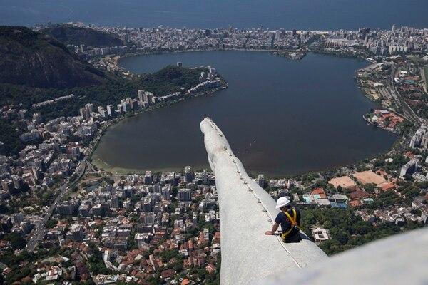 El FMI prevé una baja en la economía de Brasil. Un trabajador realizaba ayer labores de manteninmiento en el Cristo Redentor, en Río de Janeiro.   AP