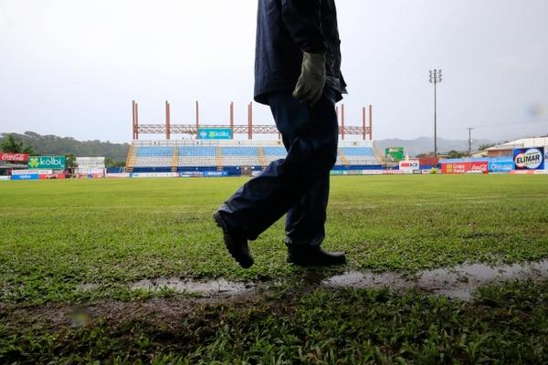 La lluvia afectó la cancha del Estadio Municipal de Pérez Zeledón antes del duelo ante Alajuelense.