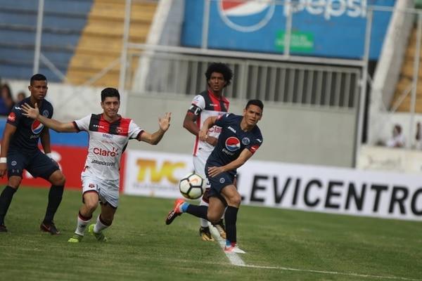 La defensa de la Liga no tuvo tanto trabajo en el partido contra Motagua. Fotografía: El Heraldo, Grupo OPSA (Honduras)