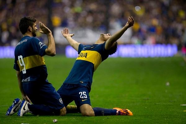 Andrés Chavez (25) y Emmanuel Gigliotti (9) festejan uno de los tantos de la victoria de Boca Juniors sobre Vélez Sarsfield.