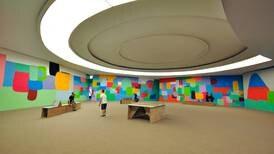 Artista costarricense Federico Herrero puso sus murales a conversar con un edificio de Oscar Niemeyer en Brasil