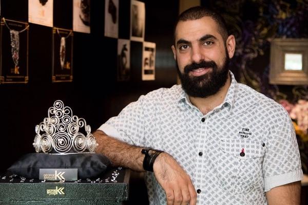 Diseñador George Bakkar posa junto a su creación.