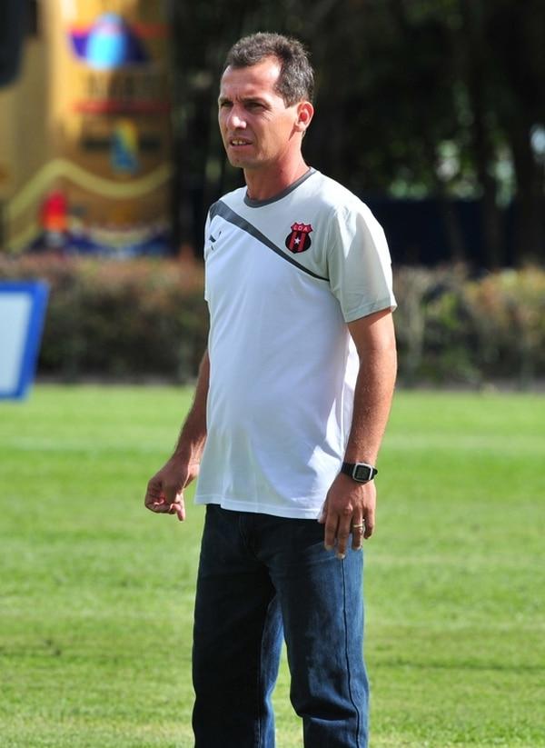 Wílmer López dirigió ayer a Alajuelense ante la UCR. | JOSÉ RIVERA.