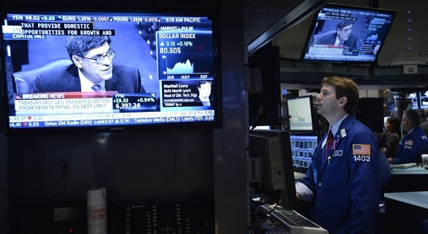 Corredores de Bolsa trabajan en el parqué de la Bolsa de Nueva York. Wall Street abrió con fuertes subidas.