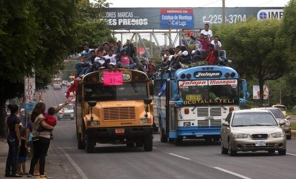 Simpatizantes sandinistas se trasladaron en autobuses el viernes hacia la Plaza de la Fe Juan Pablo II de Managua, donde el Ejecutivo convocó la celebración del aniversario 34 del derrocamiento de la dictadura de los Somoza.