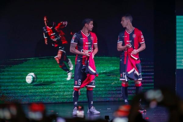 José Salvatierra (6) y Pablo Gabas fueron los primeros en mostrarle a los feligreses manudos presentes en el Morera Soto el uniforme principal de Alajuelense.