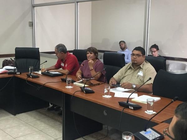 Rodrigo Aymerich, Rosemary López y Armando Navarro, del Sindeu, presentaron su oposición contra el proyecto de ley para regular las huelgas en el país. Foto: Aarón Sequeira.