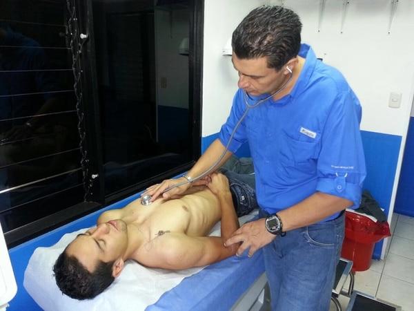 Andrey Fonseca es revisado por el doctor Gustavo Castillo, médico del Comité Olímpico de Costa Rica.
