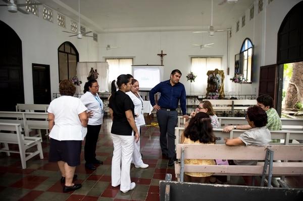 En la Clínica de San Rafael de Puntarenas se dio una de las primeras reuniones con la comunidad y el personal médico para explicar el proyecto.