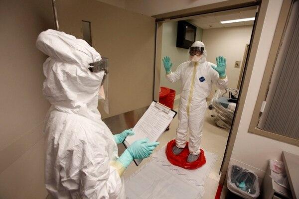 En esta foto sin fecha proporcionada por el Sistema de Salud de la UCLA, los médicos y el personal participan en un ejercicio de preparación para el diagnóstico y tratamiento de pacientes con síntomas del virus Ébola, en el Ronald Reagan UCLA Medical Center en Los Angeles.