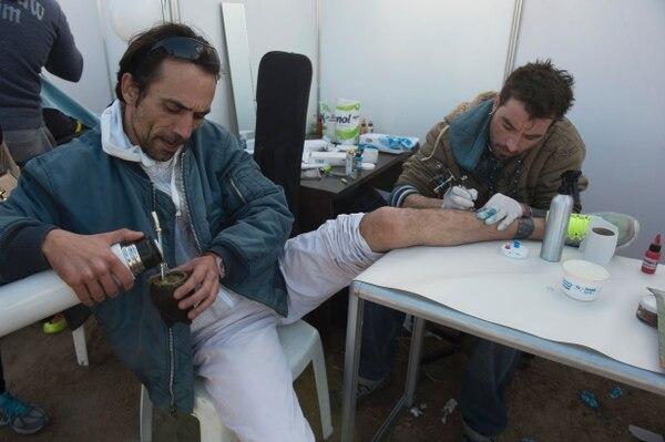 Un preso de la cárcel de Punta de Rieles se dedica a hacer tatuajes.