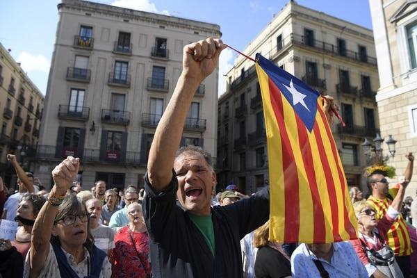 Este hombre muestra una bandera independentista (estelada) durante una protesta, este martes 17 de octubre del 2017, en Barcelona contra el arresto de dos dirigentes separatistas.
