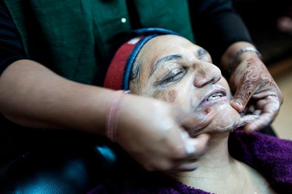 Sheila Dhulab se aplicó un facial para también blanquear su piel. (Photo by GULSHAN KHAN / AFP)