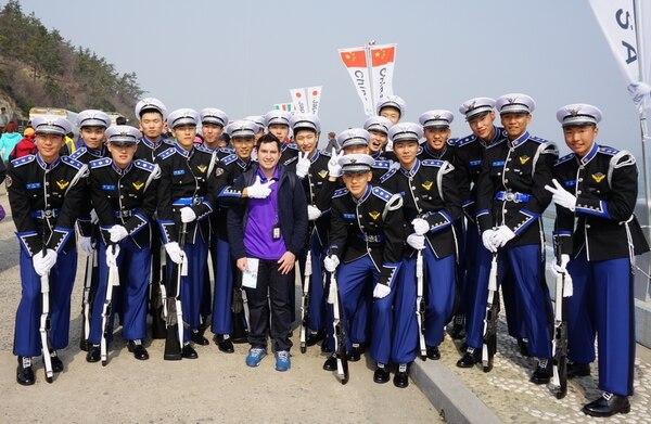 Todos los hombres surcoreanos deben asistir de manera obligatoria al ejército por un período de dos años. En la fotografía, el tico Elías Arturo Molina con una banda militar en un festival de primavera.