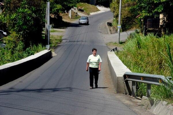 Puente sin aceras ni barandas en Los Ángeles de Santo Domingo de Heredia. | ALONSO TENORIO.