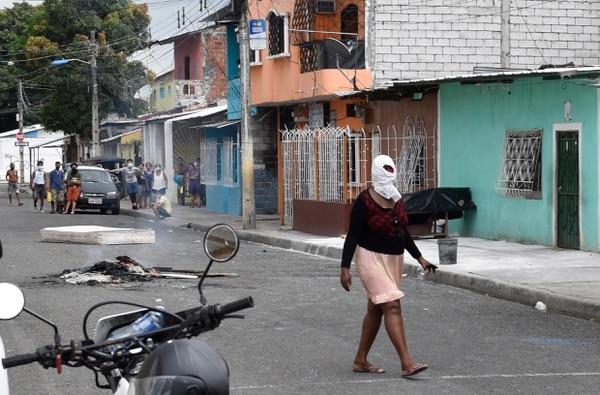 Una mujer busca protegerse del nuevo coronavirus en Guayaquil, Ecuador, el 3 de abril. Venezuela, Ecuador y Argentina serían de las economías más golpeadas de la región por la enfermedad covid-19. Foto: Edison Choco/AP