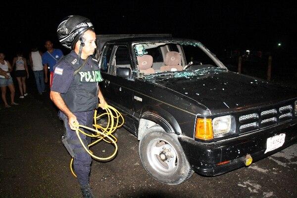 Tras quebrar el parabrisas del Mazda, el cuerpo fue a dar a 40 metros. Foto: Reiner Montero