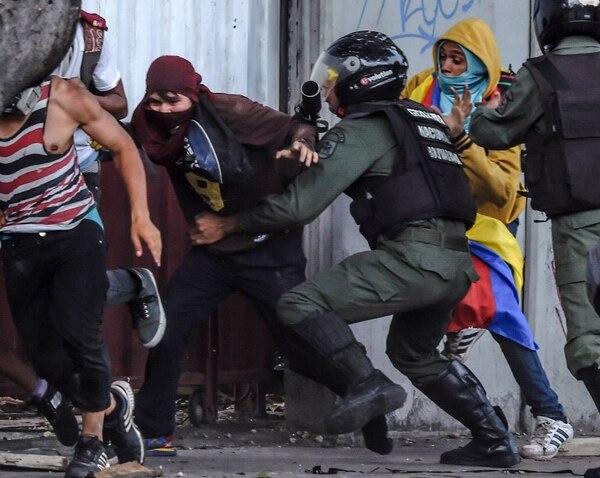 Los enfrentamientos entre opositores y chavistas se presentan a diario en las calles de Caracas