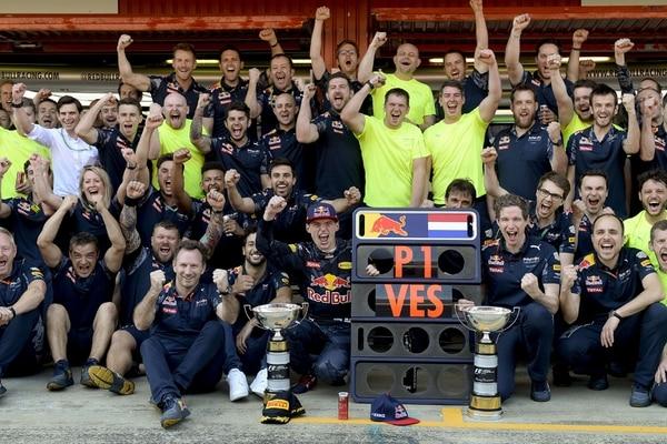 Max Verstappen (centro), celebra con todo el equipo Red Bull su triunfo de ayer en España. Es el piloto más joven en ganar en la F 1. | AFP