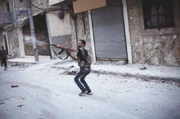 Un revelde ataca pocisiones del ejercito Sirio.   AFP.