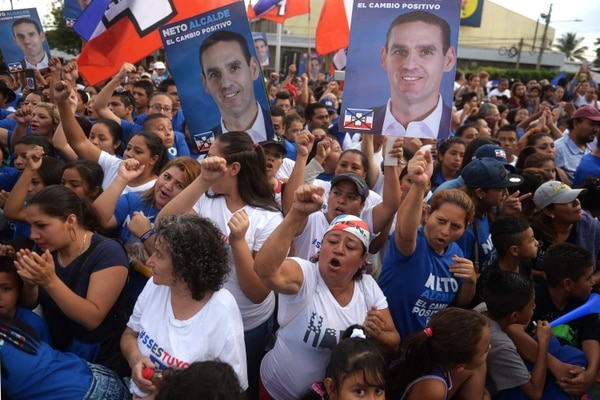 Supporters of the National Republican Alliance (ARENA) participate in a political rally at the monument to the constitution in San Salvador on February 25, 2018. El Salvador will hold legislative and municipal elections on March 4, 2018. / AFP PHOTO / Marvin RECINOS