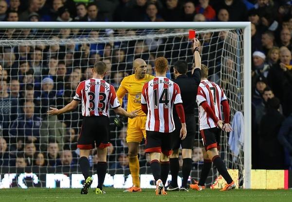 El portero del Everton Tim Howard ve la tarjeta roja, en la derrota 0-1 ante el Sunderland. El tico Bryan Oviedo jugó los 90 minutos del partido. | AP.