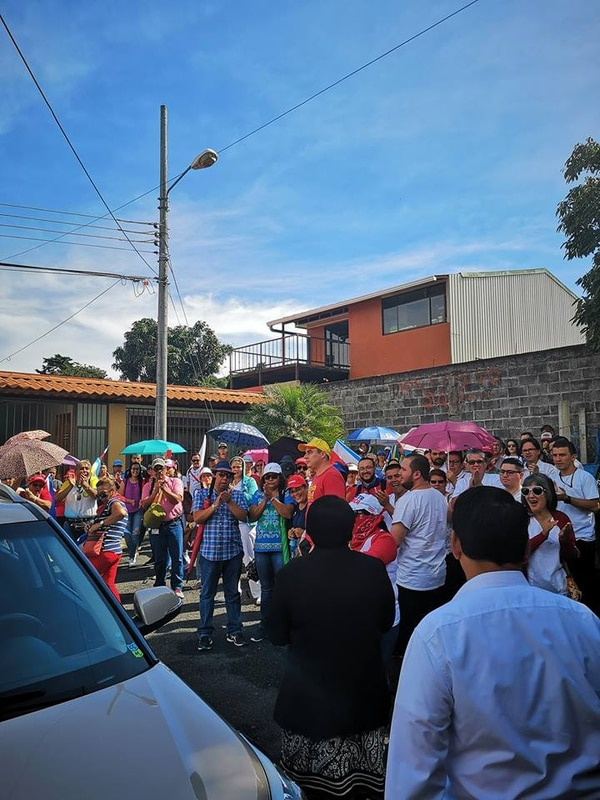 La diputada Aracelly Salas (de espaldas, traje oscuro) optó por salir de su casa a conversar con los manifestantes en contra del plan fiscal. Foto: Tomada del perfil público de Facebook de la congresista.