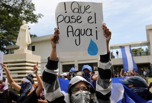 Estudiantes y familiares de presos políticos protestaron el martes 19 de noviembre en Managua. La pancarta alude al impedimento de la Policía a darles alimentos y agua a huelguistas de hambre en una iglesia de Masaya.