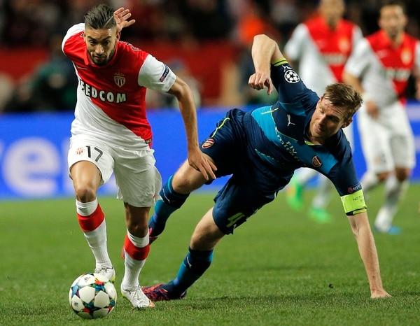 El jugador del Mónaco Yannick Ferreira-Carrasco (izquierda) se quita la marca del Arsenal Per Mertesacker.