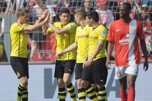 Júnior Díaz (derecha) sufre un gol del Dortmund. Eric Durm (izq.) lo festeja con Lewandowski, Piszczek y Jojic. | EFE